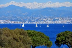 ce-matin-la-cote-d-azur-entre-mer-et-montagnes-2124797733-1648235
